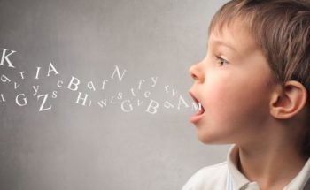 Retard linguistique, évolution lente, résultats limités après implant cochléaire