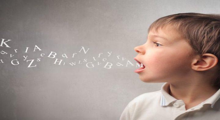 Retard linguistique après implant cochléaire